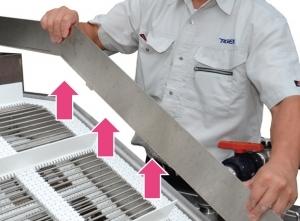 ■コンベアガイド本体部は工具不要で簡単に分解できるため、細部までしっかり清掃できます。